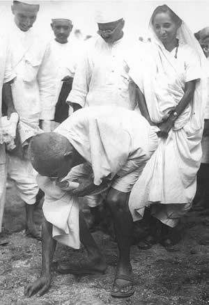 Gandhi picks grains of salt on April 6, 1930 thus breaking the British Indian laws on salt tax