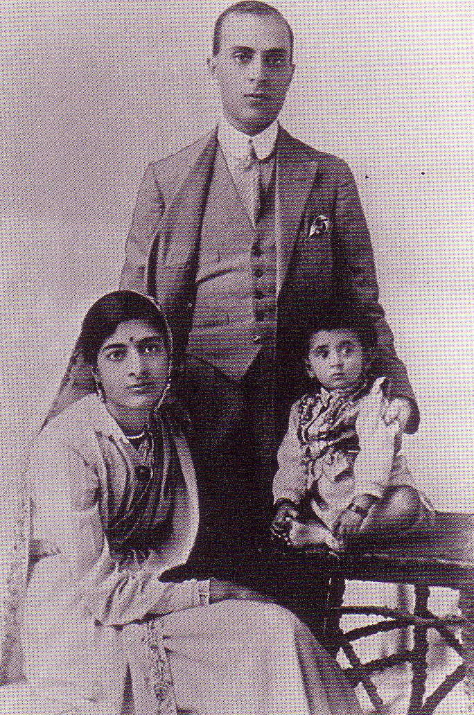 Indira as a child with her parents Jawaharlal Nehru and Kamala Nehru