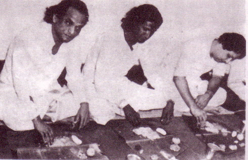 Bhagavathar (lt) and MGR (3rd from lt) sharing a meal